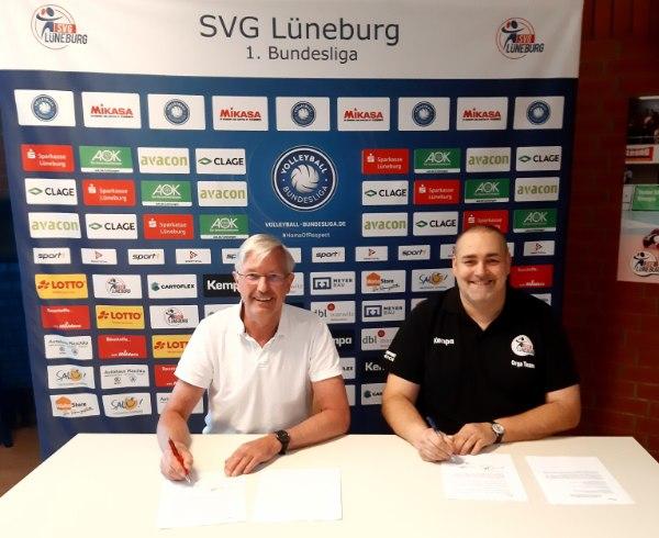 Markus Skrzypek, 1. Vorsitzender der SVG Lüneburg e.V. (links) und Andreas Bahlburg, Geschäftsführer der SVG Lüneburg Spielbetriebs GmbH (rechts), unterzeichnen den Kooperationsvertrag mit dem NWVV.